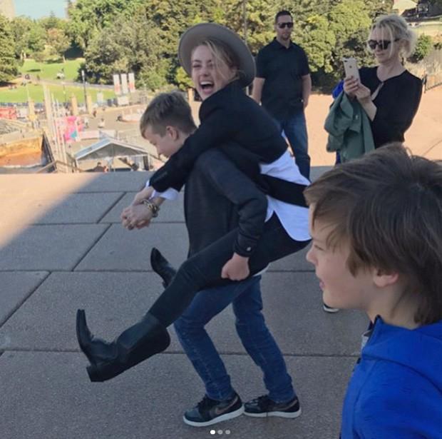 Amber Heard se diverte com filhos do namorado, Elon Musk (Foto: Reprodução/Instagram)