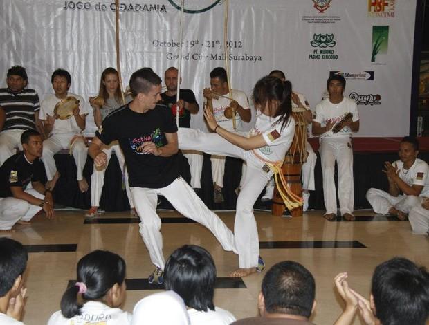 Iaco Zungu durante apresentação de capoeira com alunos. (Foto: Divulgação)