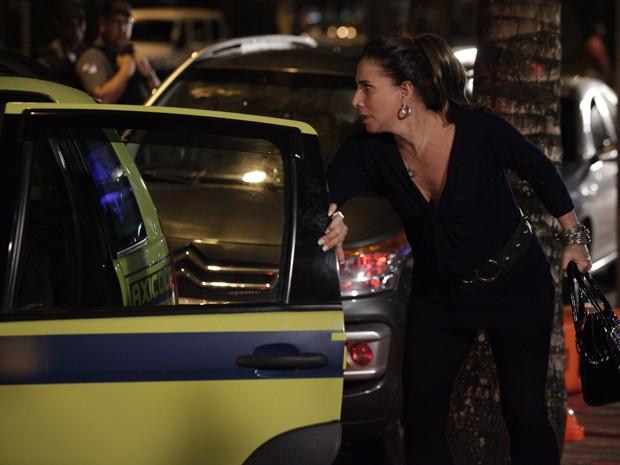 Wanda vê que a garota não é Morena (Foto: Salve Jorge/TV Globo)