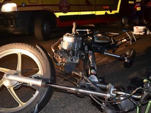 Bicicleta motorizada foi atingida por motocicleta na vicinal da Tupã (Foto: Diego Pereira/Mariane Gava/Mais Tupã/Divulgação)