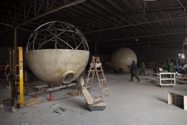 Cápsulas de sobrevivência em construção (Foto: Ed Jones/AFP)