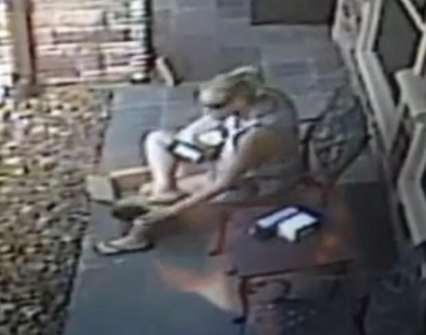 Ladra roubou mercadorias que chegaram pelo correio e ainda experimentou calçado do morador (Foto: Reprodução/YouTube/Jason Jodway)