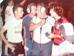 Washington Rodrigues da Rádio Nacional entrevistando Roberto Silva e Zico, no estádio Canarinho (Foto: Arquivo pessoal)
