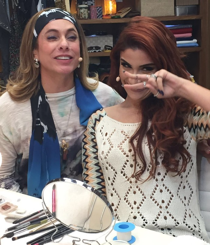 Cissa e Bianca se divertem no 'É de Casa' ensinando truque de maquiagem (Foto: Priscilla Massena/Gshow)