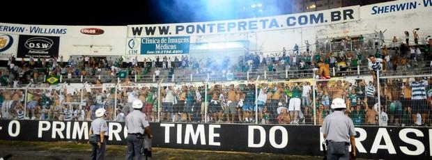 Torcida do Guarani faz festa no alambrado com gol de empate no dérbi (Foto: Marcos Ribolli / Globoesporte.com)