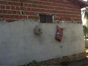 Janela do banheiro de onde a criança pode ter sido jogada (Foto: Caroline Holder/G1)