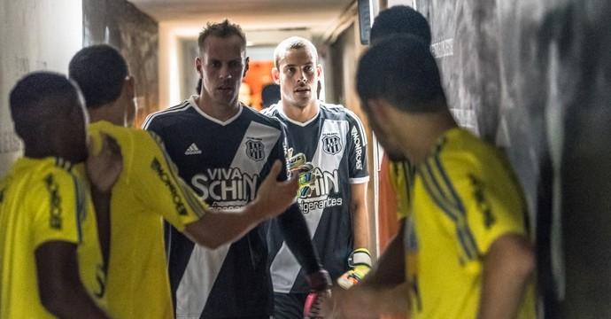 João Carlos, Matheus, time Ponte Preta (Foto: Fabio Leoni/ PontePress)