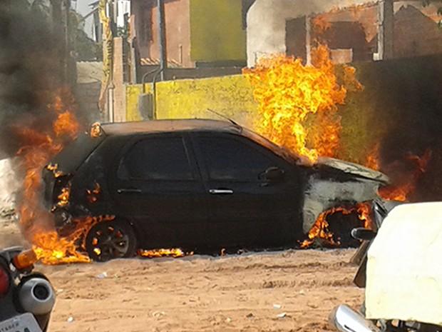 O Corpo de Bombeiros foi chamado para controlar as chamas (Foto: Divulgação/Polícia Militar)