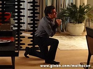 Caetano implora para Berna, mas não tem jeito (Foto: Malhação / TV Globo)