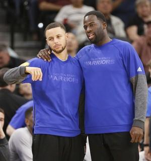 Curry e Thompson ficaram o tempo inteiro no banco (Foto: Reuters)