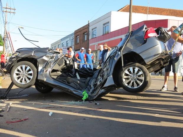 Honda Civic ficou destruído após colisão contra poste que matou dois jovens em Bento Gonçalves (Foto: Altamir Oliveira / Rádio Estação FM)