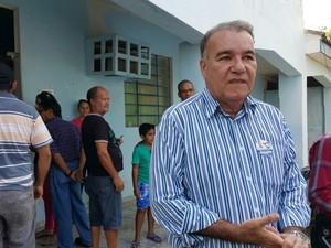 Dia de votação em Ji-Paraná: Candidato à reeleição, Jesualdo Pires, (PSB) chega à seção eleitoral e afirma estar confiante (Foto: Pâmela Fernandes/G1)