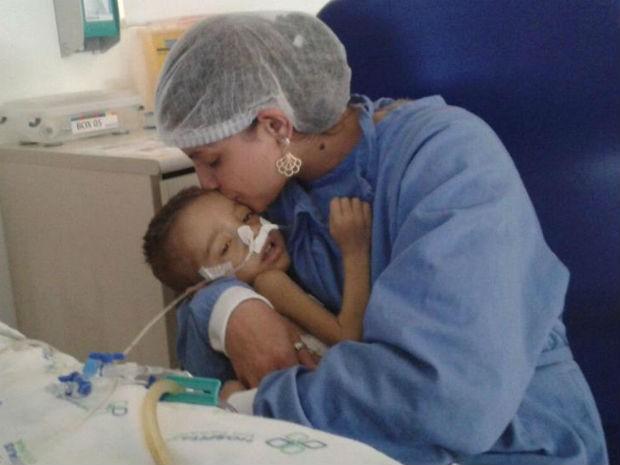 Avelita afirma que está difícil manter o filho vivo, mas garante que não perde a esperança (Foto: Avelita Barbosa da Silva/Arquivo pessoal)