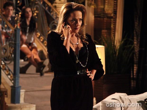 Shirley liga para Laerte e avisa que Selma sumiu (Foto: Em Família / TV Globo)