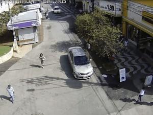 Carro passou em alta velocidade próximo a pedestres na fuga (Foto: Reprodução / Emurb)