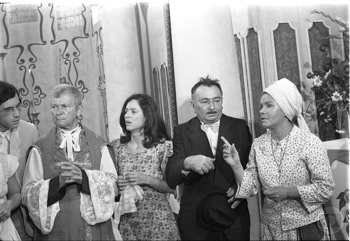 Pela cara dos atores, a cena era de confusão na igreja (Foto: Cedoc/ TV Globo)