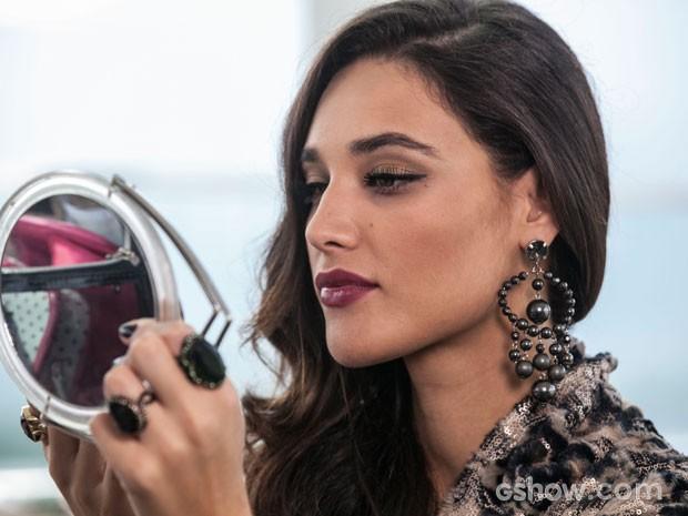 A atriz retoca a maquiagem no intervalo da gravação (Foto: Inácio Moraes / TV Globo)