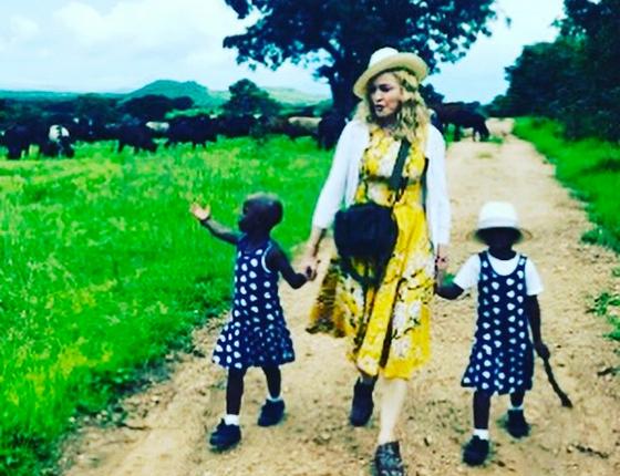 Madonna e as filhas com o vestido que esgotou no site da marca que criou as peças (Foto: Reprodução Instagram)