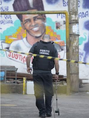 Policiais fazem a reconstituição da morte do dançarino DG (Foto: Armando Paiva / Foto Arena / Estadão Conteúdo)