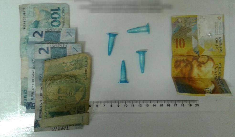 Foram apreendidos pinos de cocaína e R$ 105 em dinheiro (Foto: Arquivo pessoal)