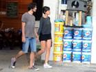 Gabriel Leone e Carla Salle beijam muito em restaurante no Rio