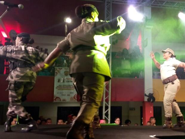 Participantes da seção de artes da PM também dão aulas de teatro, dança e música para moradores de comunidades (Foto: Ale Corpani/Acervo pessoal)