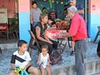 Mulher viaja da Venezuela para vender água em estádio no AM e é impedida