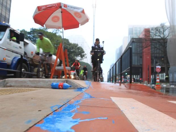 Garrafa com tinta azul jogada na ciclovia da Avenida Paulista no dia da inauguração (Foto: Werther Santana/Estadão Conteúdo)
