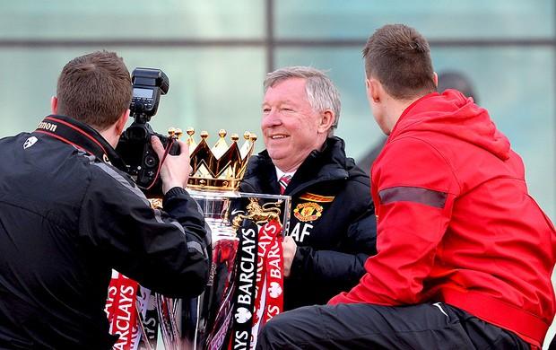Alex Ferguson carreata comemoração título Manchester United (Foto: AFP)