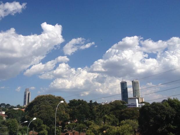 Às 15h45 desta terça-feira (28), os termômetros de Curitiba chegaram a registrar 33,7ºC (Foto: Thais Kaniak / G1)