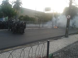 Policiais montam barreira em frente ao IFCE na tarde desta quinta-feira (15) (Foto: André Teixeira/G1 CE)