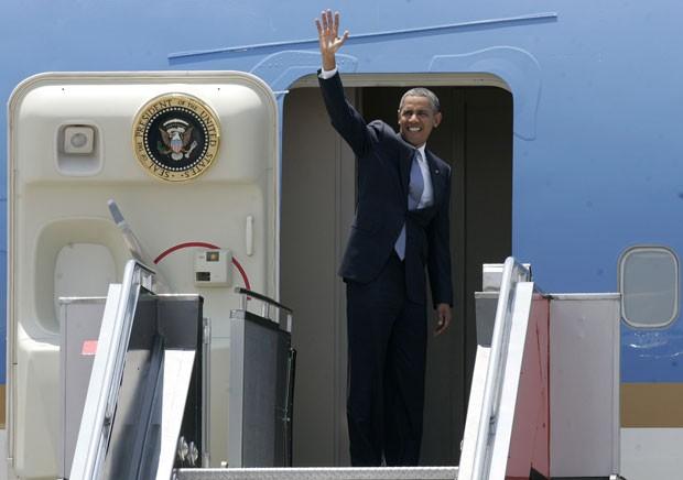 O presidente dos EUA, Barack Obama, acena antes de deixar as Filipinas nesta terça-feira (29) (Foto: Romeo Ranoco/Reuters)