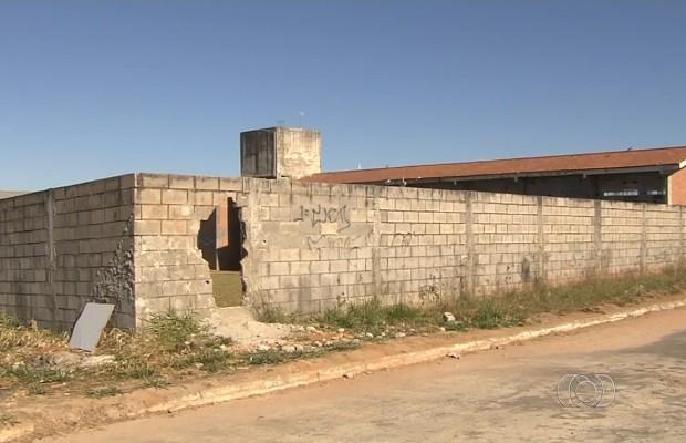 Assaltantes entraram por um buraco no muro da escola em Goiânia, Goiás (Foto: Reprodução/TV Anhanguera)