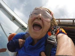 Aos 70 anos, aposentada realizou sonho ao lado de netos e amigos (Foto: Divulgação/Sky Company)