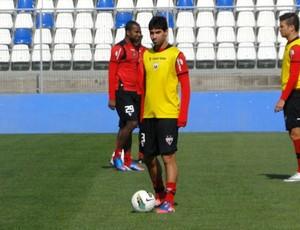 Marcos, lateral do Atlético-GO em treino no Chile (Foto: Felipe Furtado/Atlético-GO)