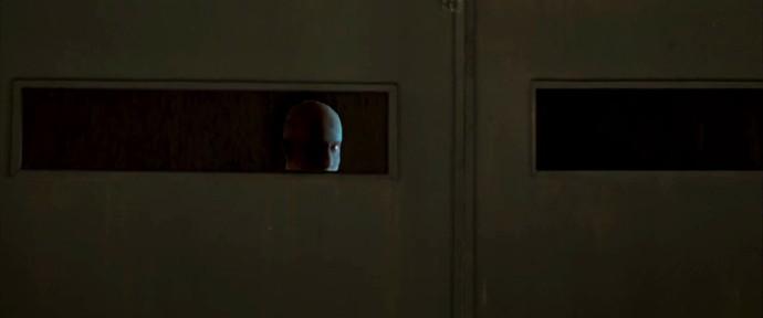 Criatura bizarra é vista do lado de dentro da prisão (Foto: TV Globo)