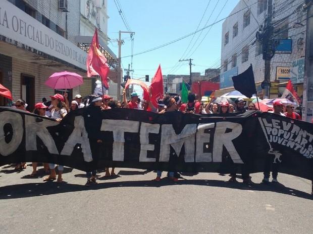 Manifestantes tomaram ruas do centro da capital alagoana (Foto: Marcio Chagas/G1)