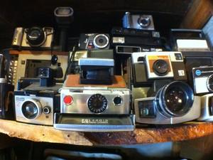 Câmeras, rádios, brinquedos e até um microscópio antigo fazem parte da decoração da loja, que remete a um antiquário (Foto: Daniel Bittencourt/G1 RS)