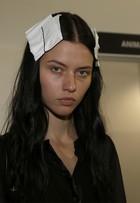Após torcer o pé, modelo Isis Bataglia volta ao SPFW: 'Estou mancando'