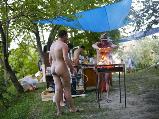 Participantes do encontro de naturistas na Itália fazem churrasco (Foto: Max Rossi /Reuters)