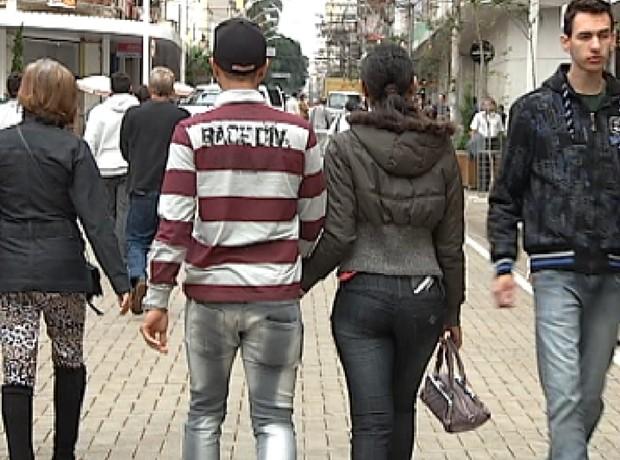Dia dos Namorados movimenta comércio da região noroeste paulista (Foto: Reprodução / TV Tem)