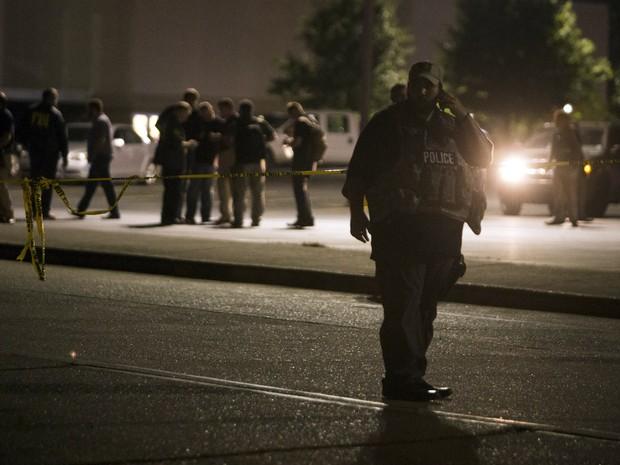 Um policial é visto do lado de fora do cinema onde um homem abriu fogo dentro de uma sala lotada na quinta-feira (23) à noite em Lafayette, estado de Louisiana, nos EUA. Duas pessoas morreram e sete ficaram feridas antes do atirador tirar a própria vida (Foto: Lee Celano/Reuters)