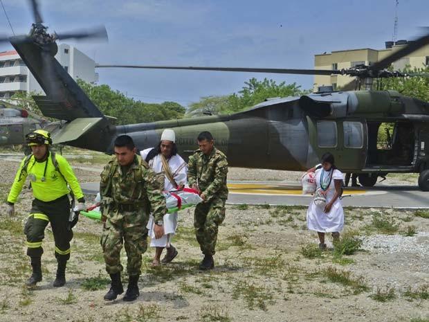 Soldados da Colômbia levam um dos sobreviventes da etnia Arthuaca que foi atingida por um raio na últimas segunda (Foto: AFP PHOTO/STR)
