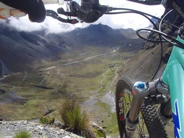 Bicicleta em um dos abismos da beira da estrada (Foto: GravityBolivia.com/Divulgação)