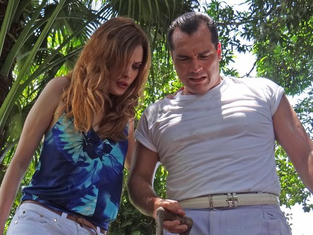 Veruska e Nenê encontram o baú de Vitório (Foto: Guerra dos Sexos/TV Globo)