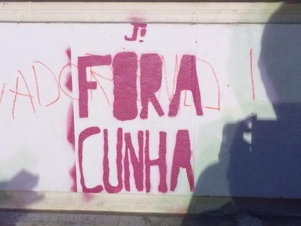 Mensagem 'Fora Cunha' foi gravada em parede na Cinelândia (Foto: Matheus Rodrigues / G1)