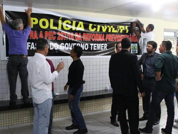 Policiais civis reunidos na Central de Flagtantes de Teresina (Foto: João Cunha/G1)