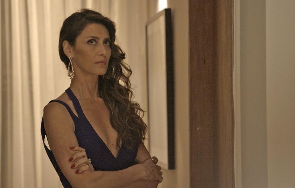 Notando a demora do marido, Joyce vai atrás dele! (Foto: TV Globo)