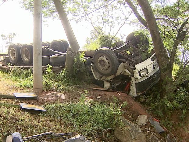 Motorista fica preso às ferragens e morre após acidente na Floriano (Foto: Reprodução/ TV Vanguarda)
