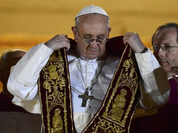 O recém-eleito papa Francisco, Cardeal Jorge Mario Bergoglio, dá a benção na varanda da Basílica de São Pedro (Foto: Dylan Martinez/Reuters)